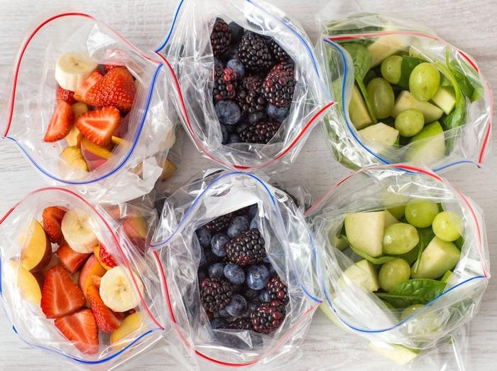 un petit-déjeuner sain et rapide de smoothie recette à base de fruits congelés, smoothie express à trois saveurs