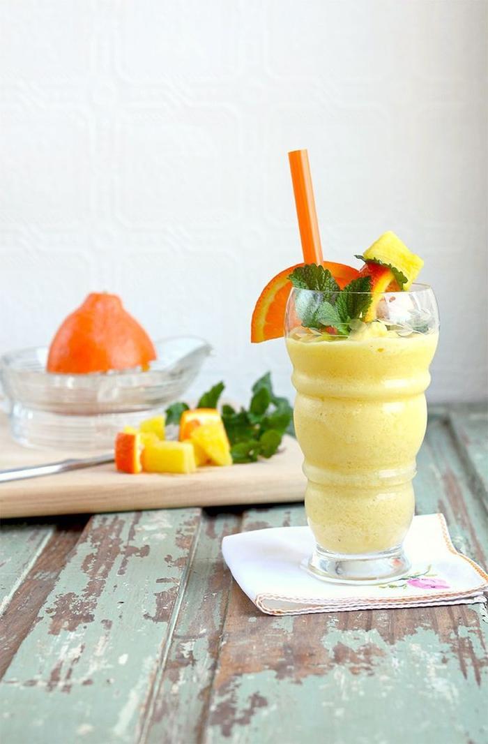 smoothie recette rafraîchissante à l'ananas, orange et à la ricotta, idée pour un petit déjeuner au goût troipical