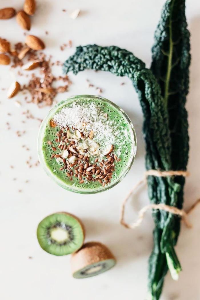 recette smothie vert pour lutter contre l'insomnie, smoothie au chou kale, kiwi et lait d'amande