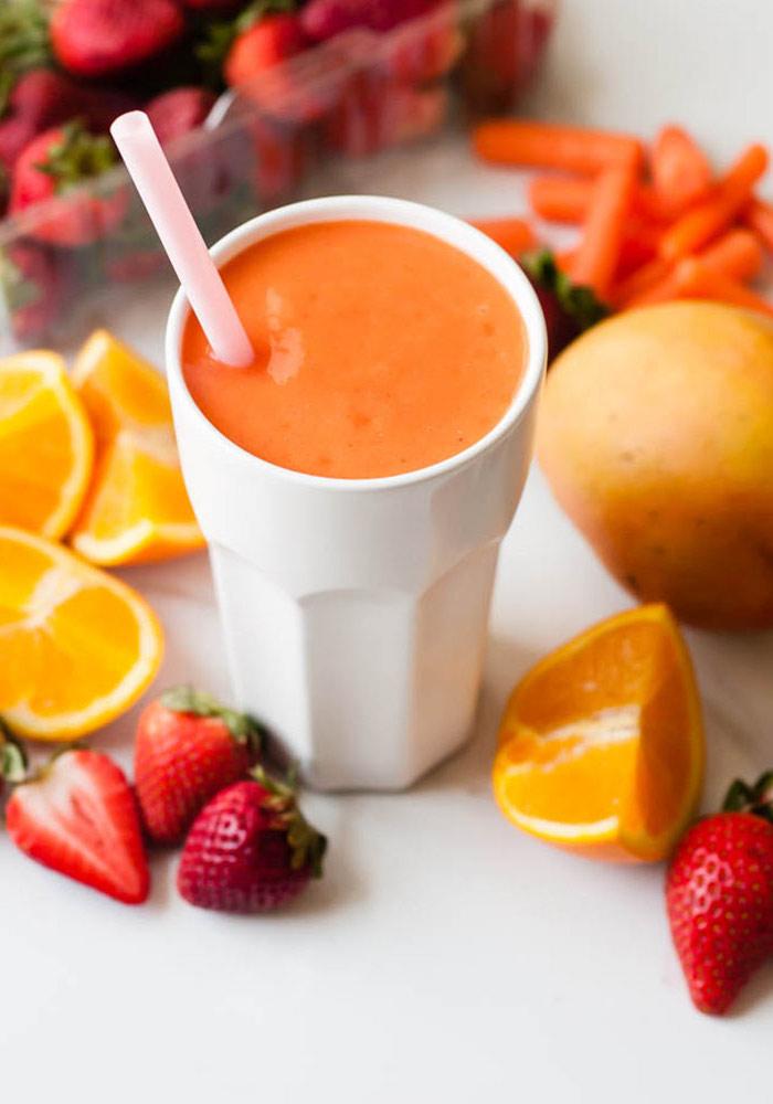 recette smoothie vitaminé à la carotte, fruits tropicaux et fraises, à base d'eau de coco