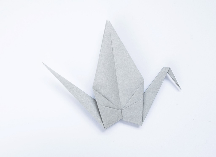 modèle traditionnel d'origami oiseau facile, comment faire un grue en papier origami pour décorer ses bijoux de fantaisie