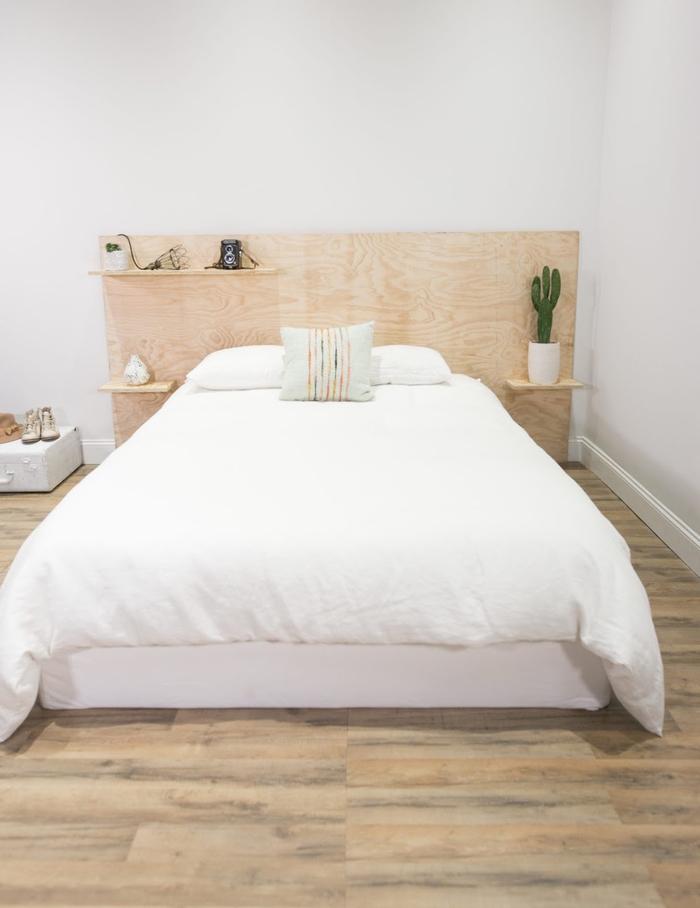 coin nuit aménagé dans un style minimaliste et épuré où la tête de lit en contreplaqué fait son effet, idee tete de lit original fabriquée à partir d'un panneau de contreplaqué