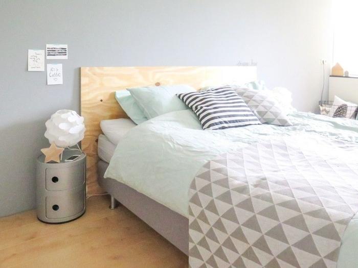 déco relaxante aux nuances pastel et aux motifs graphiques, idee tete de lit en contreplaqué qui s'adapte aux nombreux styles déco