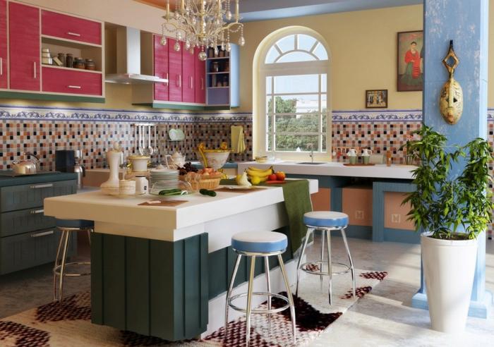 quelle cuisine repeinte, optez pour des meubles en fuchsia, colonne en bleu turquoise avec des nervures en blanc, îlot en bleu canard et blanc, sol avec tapis en couleurs prune, bordeaux et ivoire, tabourets en blanc et bleu turquoise