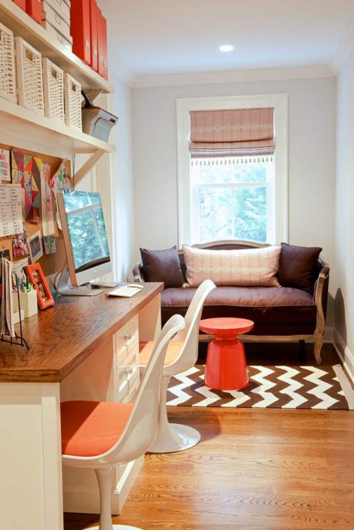 sol en parquet jaune, déco chambre étudiant, deux chaises en plastique blanche avec du tissu en couleur orange, canapé en style vintage recouvert de tissu en couleur prune