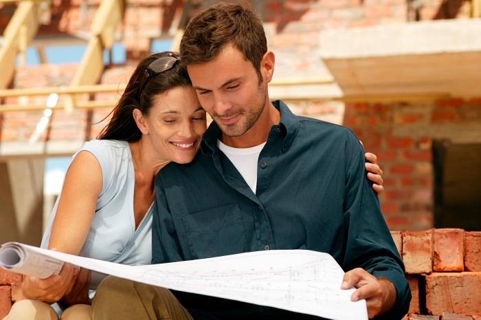 couple avec le plan de construction qui observe le suive du chantier, comment choisir un architecte du bâtiment