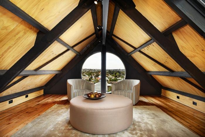 table beige, plafond attique bois et métal, deux fauteuils, amenagement grenier