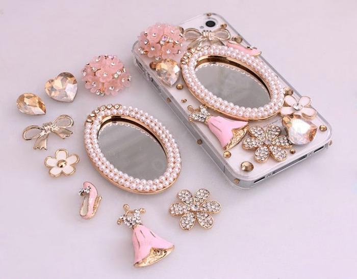 modèle original de coque portable personnalisé avec embellissements et bijoux en rose pastel et or avec petit miroir au centre