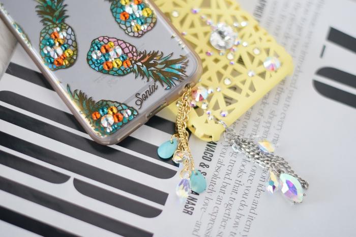 différents modèles de coques portable décorées avec dessin imprimés et strass de couleurs variées, modèle de coque moderne pour fille