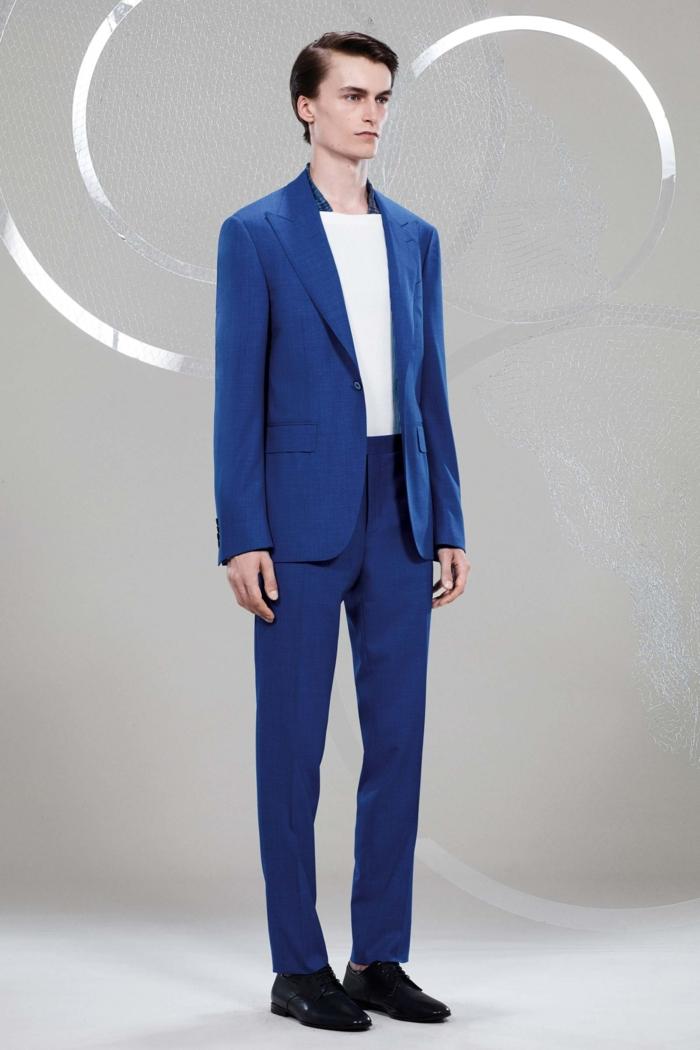 veston homme, costard bleu, revers pointus, chemise blanche, collection Canali 2018, chaussures noires aux bouts arrondis, look pour la journée, look de bureau