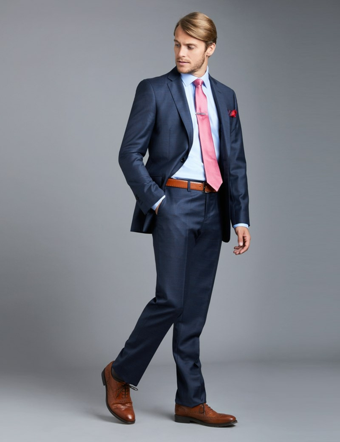 allure homme d'affaires, costume bleu roi, cravate rose, ceinture marron, chaussures pointues marron, nuance caramel