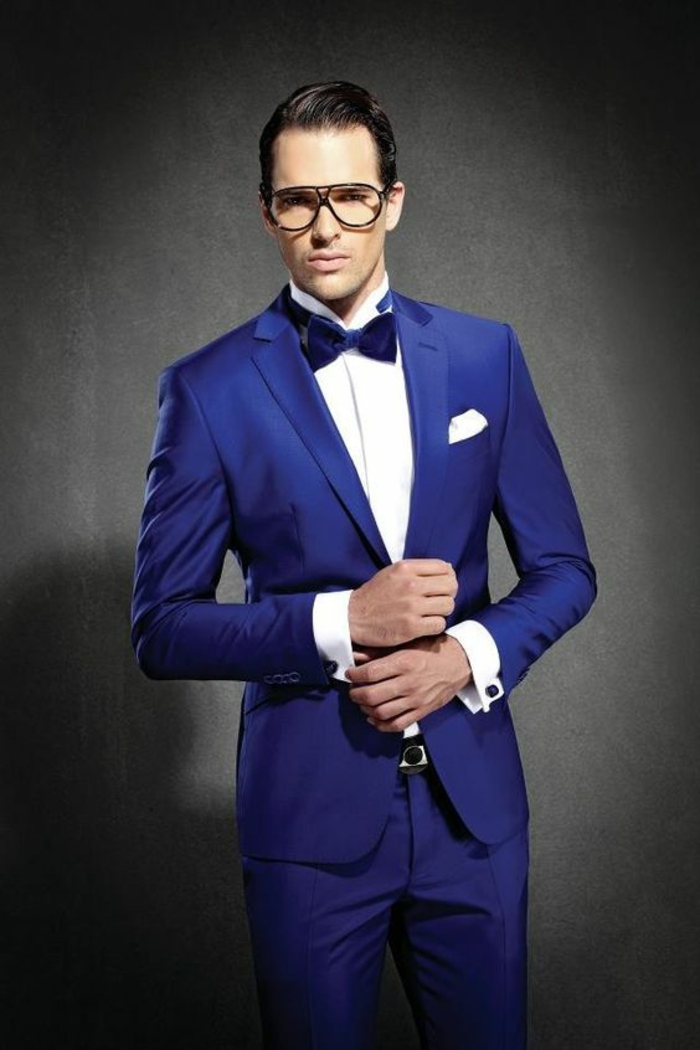 tenue de mariage homme, tenue pour les grandes occasions, costume bleu roi, nœud papillon en bleu roi, chemise blanche, lunettes d'aviateur, mouchoir de poche blanc
