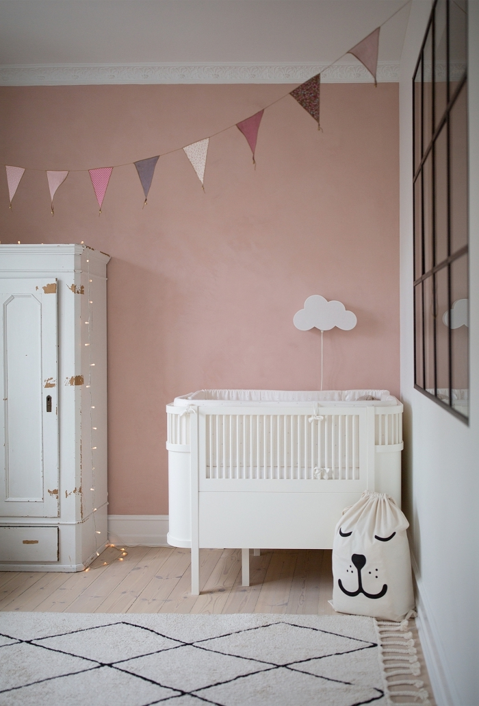 astuce de décoration de la chambre complete bebe avec un tapis beige et garde-robe relooké de style shabby chic