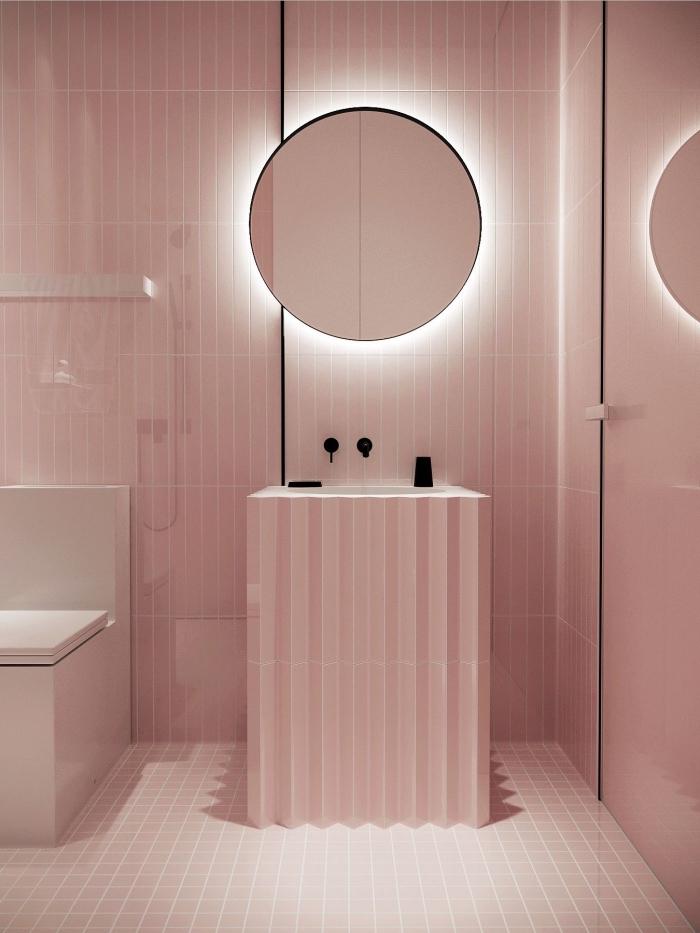 look monochrome en rose pastel dans une petite salle de bain avec meubles à design moderne et éclairage néon