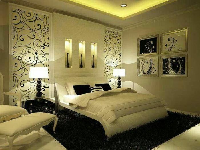 chambre parentale en beige avec un tapis noir, tableaux encadrés abstraits, tapis moelleux