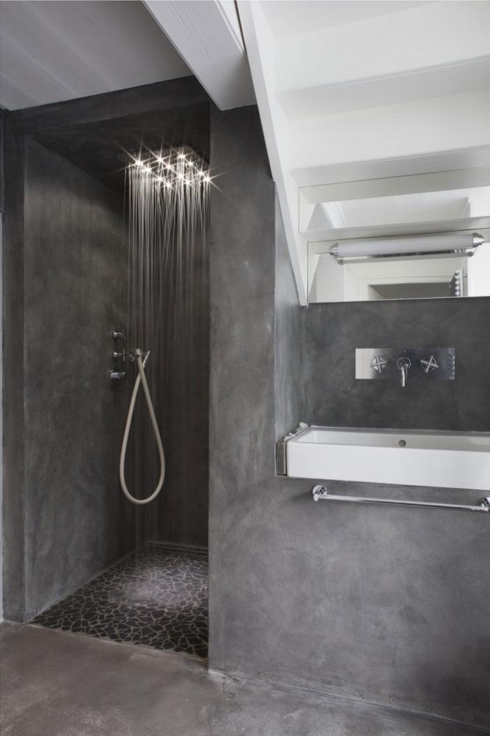 tendance salle de bain moderne aux murs design béton et plafond blanc, modèle de douche à effet pluie aux murs gris