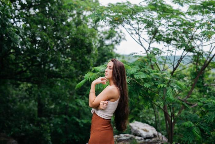 idée de coupe cheveux long, façon sirène, tenue femme été avec top blanc et jupe marron, cadre naturel