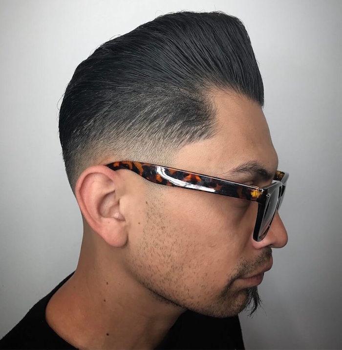 modele de coiffure rockabilly homme, coupe dégradé homme brun, coupe banane retro avec dégradé