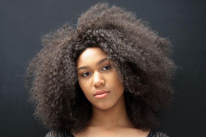 coiffure cheveux crépus longs femme jeune fille au naturelle