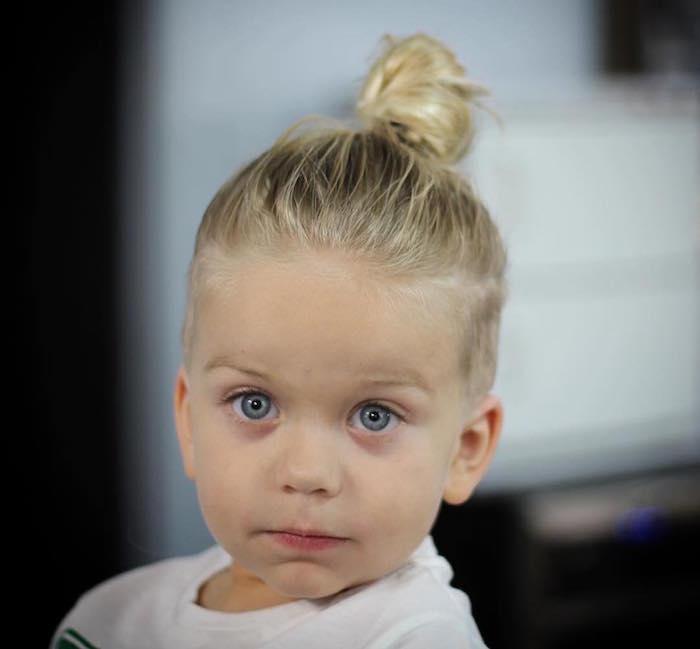 coiffure enfant blond yeux bleus cheveux longs avec chignon