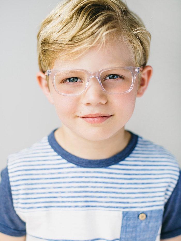 coupe garcon court blond cheveux blonds à lunettes coiffure sage simple