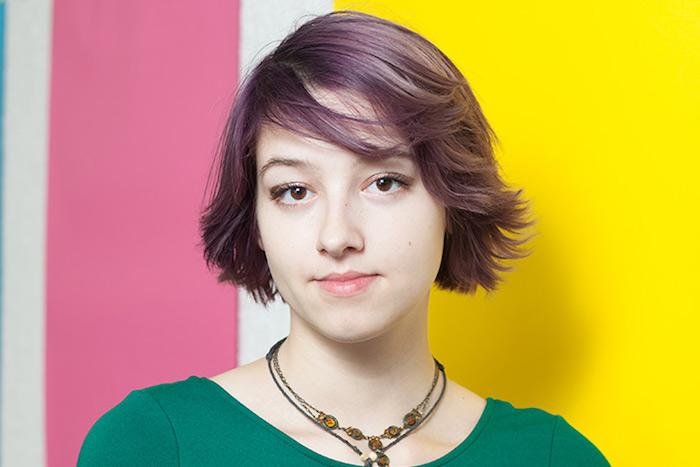 idée de coupe courte dégradée sur des cheveux fins violets avec frange asymétrique, coiffure de tous les jours