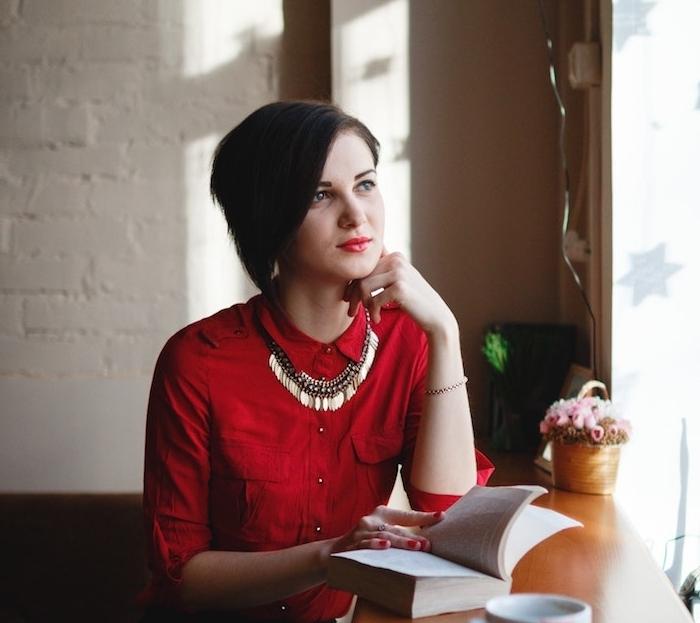 modele de coupe courte dégradée sur de cheveux chatain foncé, exemple coupe asymétrique fille ado, chemise rouge, pantalon noir