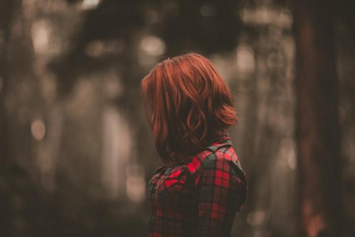 exemple de coupe cheveux femme fille ado avec dégradé mi long et coloration rouge, chemise femme gris et rouge