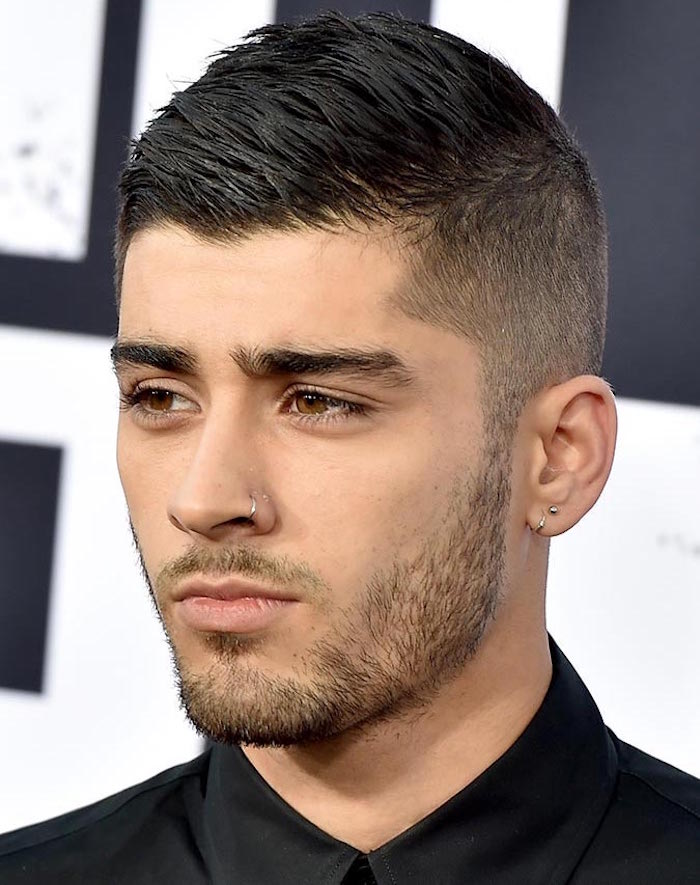 photo coupe homme court dégradé avec barbe 3 jours, coiffure dessus sur le coté