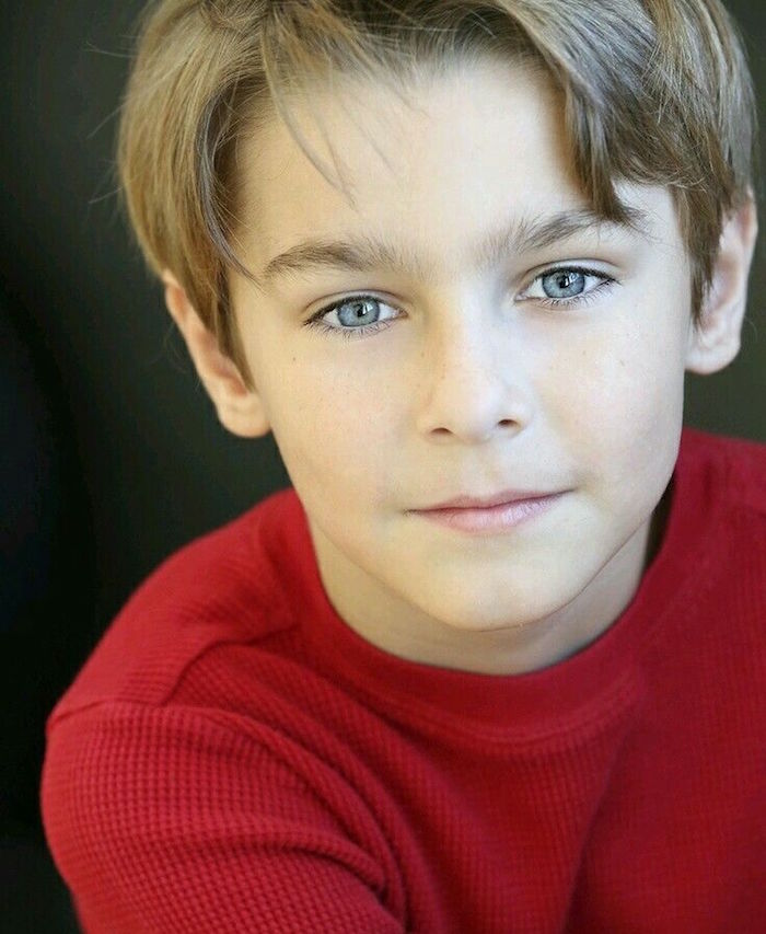 coupe de cheveux junior garçon blond yeux bleus avec epi sur le front