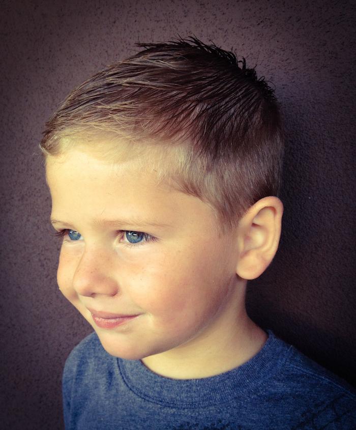 coupe court garcon 5 ans blond yeux bleus en dégradé