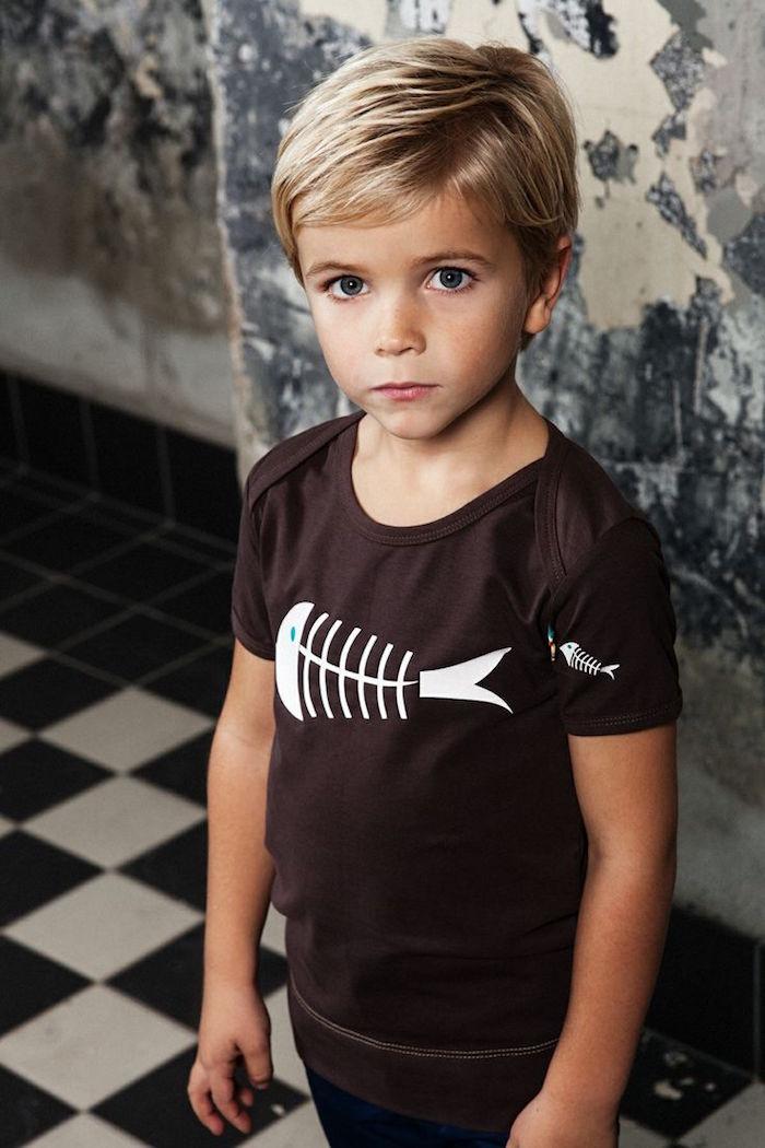 coiffure garcon enfant petit blond 5 ans sage sur le coté