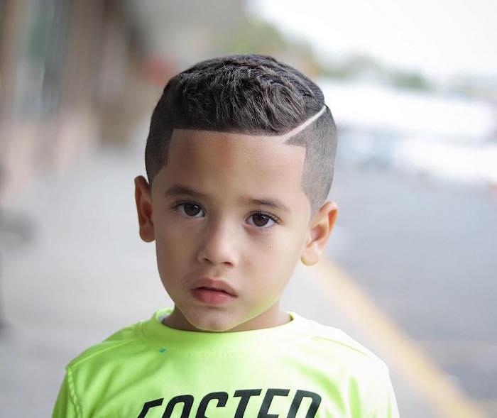 coiffure garcon 4 ans a la mode courte sur le coté avec traie