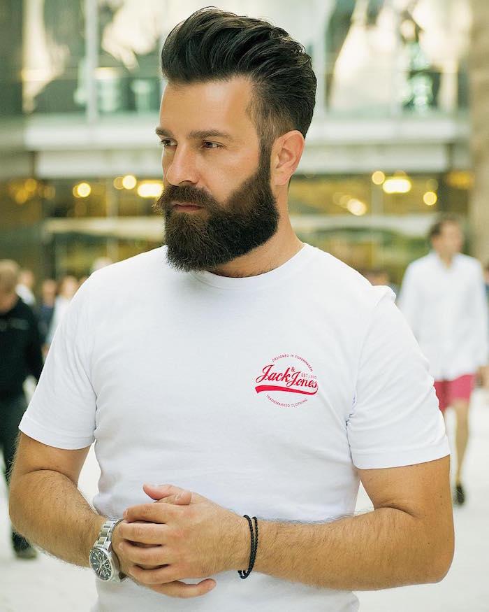 coupe avec barbe longue homme tendance coiffure en arriere à la mode
