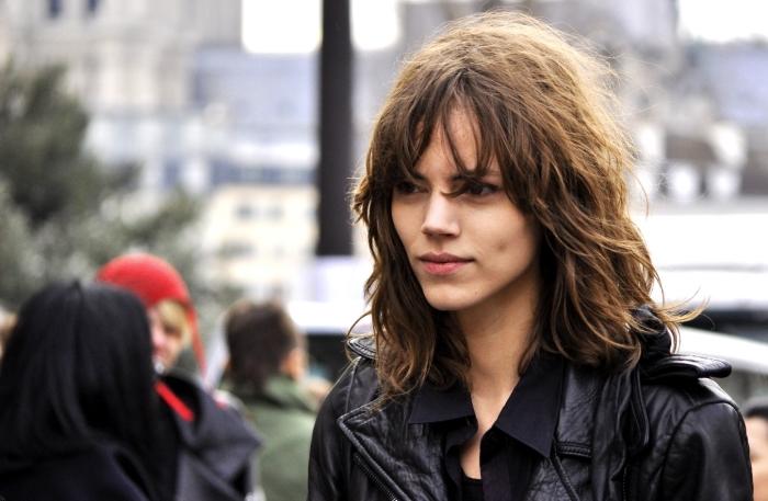look décontracté avec coupe cheveux mi-longs, coupe avec frange longue pour cheveux naturellement bouclés