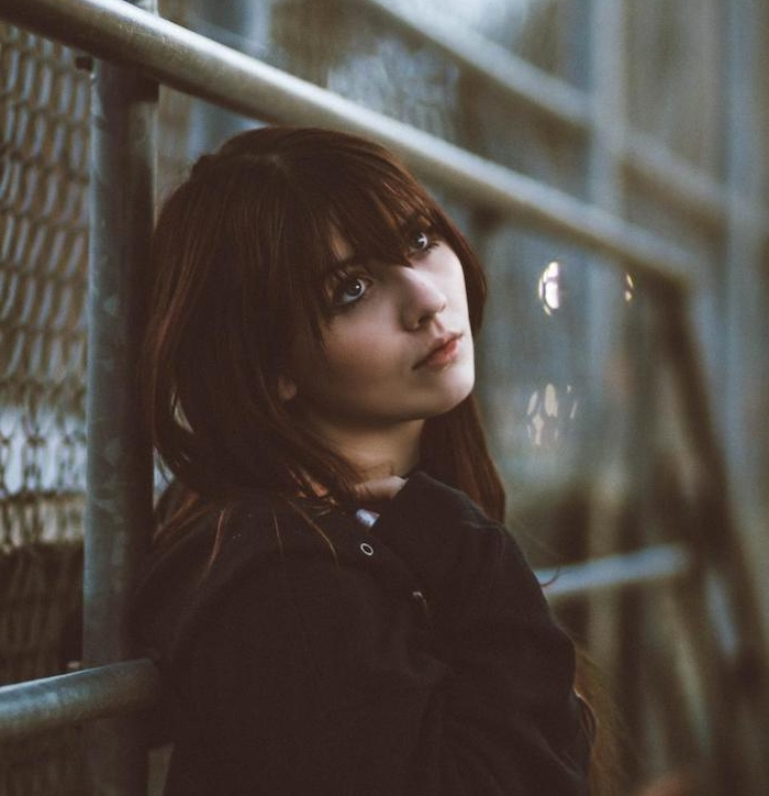 coupe de cheveux fille mi long avec frange, tenue street style, tenue décontractée, top style sport