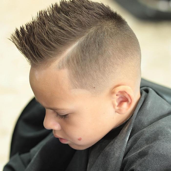 coiffure garcon a la mode footballeur en crete vers le haut cotés courts