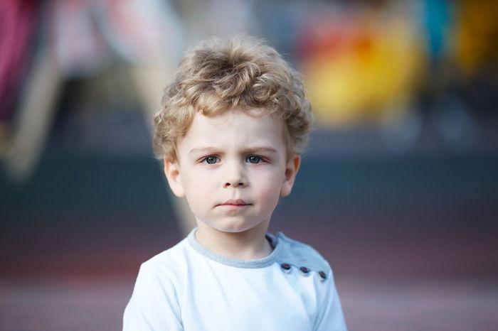 coupe de cheveux petit garçon 2017 blond avec cheveux bouclés