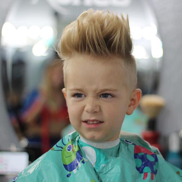 coiffure garcon a la mode petit blond coupe banane et court sur le coté