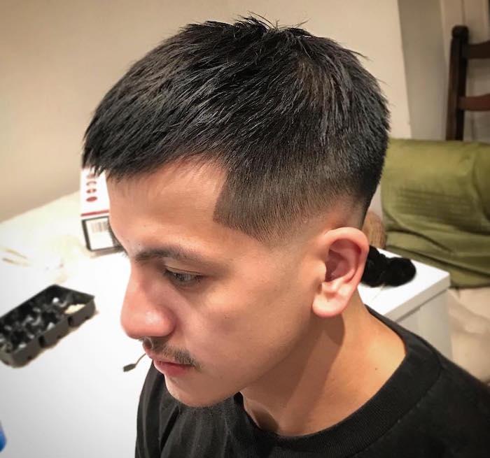 coiffure courte avec dégradé fondu au dessus des oreilles, coupe homme cheveux raides