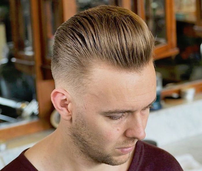 coiffure homme an arriere retro, coupe rockabilly homme blond, cheveux en banane avec dégradé