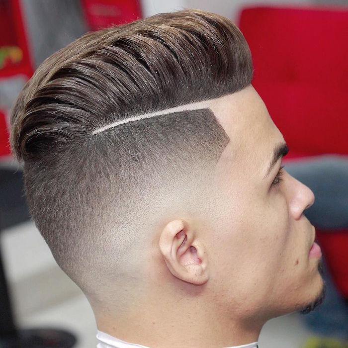 idée de coupe de cheveux dégradé homme tendance, coiffure pompadour rétro avec trait