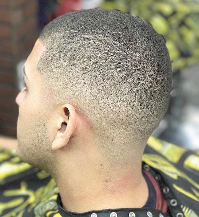 coupe de cheveux degrade pour cheveux crepus, coiffure courte avec fondu progressif