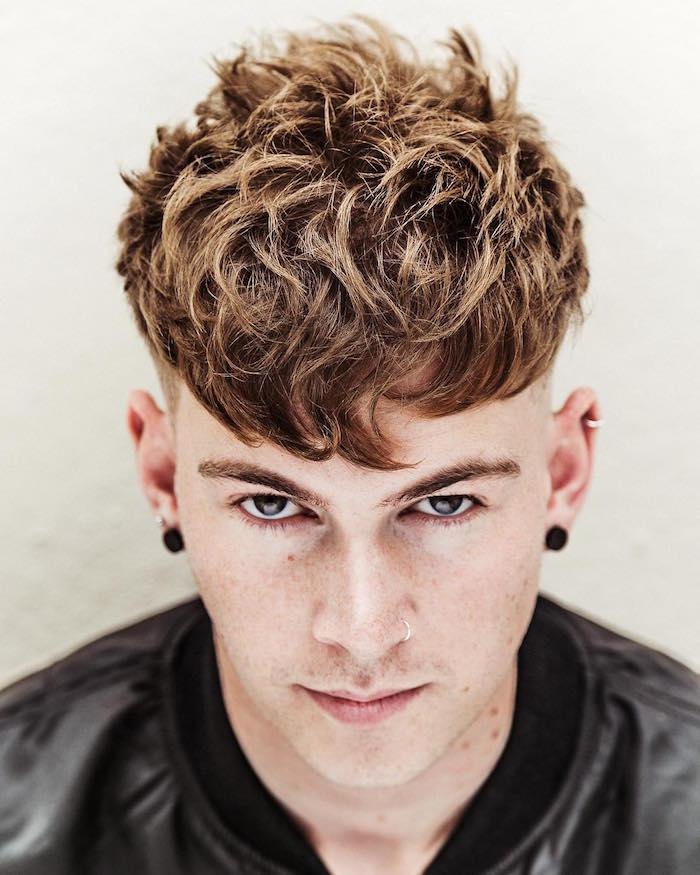 coiffure homme tendance 2018 avec cotés courts undercut