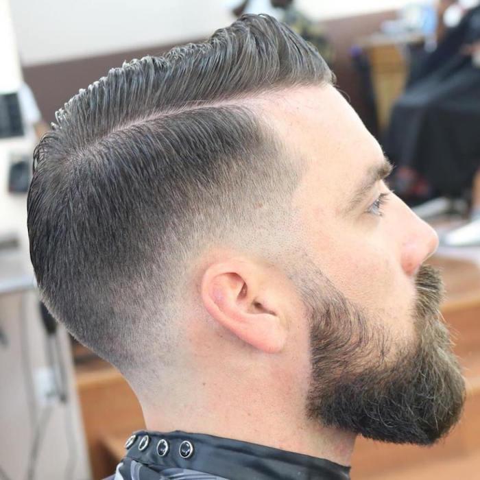 coiffure pompadour homme dégradé, coupe de cheveux tendance garcon avec barbe