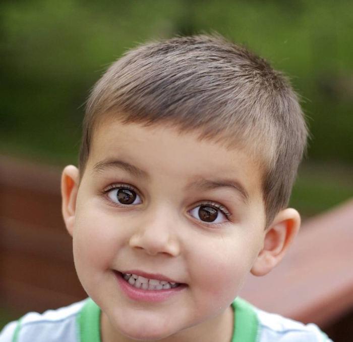 coupe de cheveux enfant garcon court chatain clair frange droite