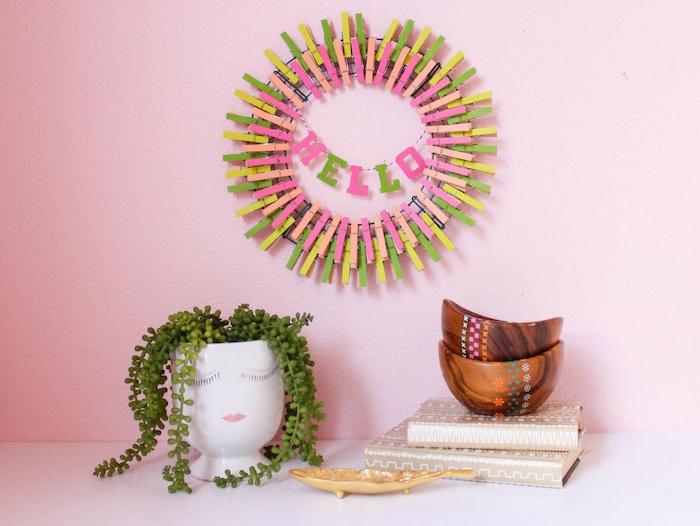 décoration murale en couronne de pinces à linge en bois décorés à effet arc en ciel, couleurs printanières, idée d activité manuelle