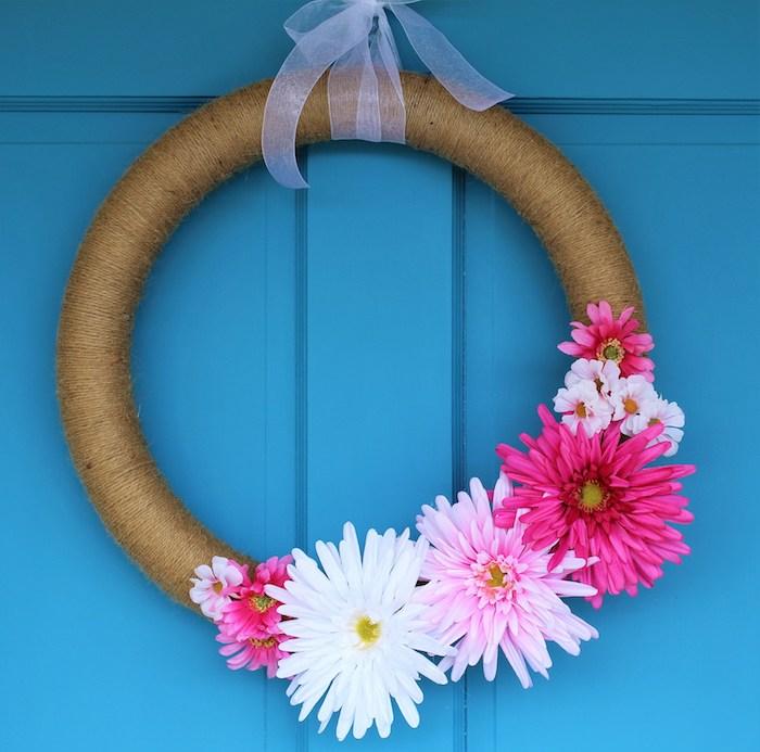 une couronne décorée de ficelle de chanvre avec des fleurs naturelles en deco, deco porte printemps originale, activiter manuel