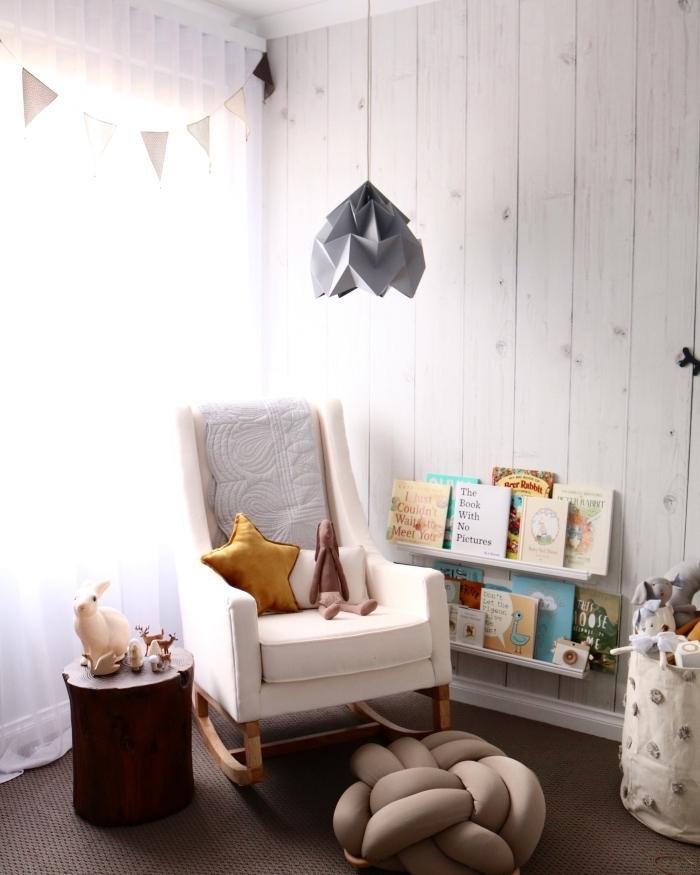 rangement horizontale de bois clair dans la deco chambre bebe aux murs de bois clair, panier à jouets beige et marron