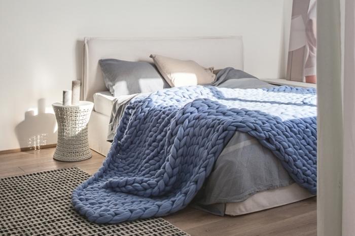 intérieur sobre, plaid tricoté bleu, chevet tressé, tete de lit en tissu, couleurs claires et agréables